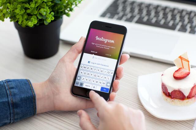 Для того, чтоб скачать видео из Инстаграма на телефон потребуются сторонние сервисы и приложения. Для многих Инстаграм стал обычным местом времяпровождения.